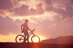 Salida del sol del motorista de la montaña del hombre Fotografía de archivo