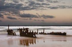 Salida del sol del naufragio Imagenes de archivo