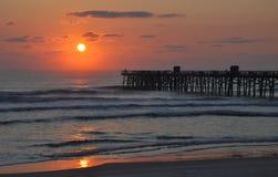 Salida del sol del océano y del embarcadero (puesta del sol) Fotografía de archivo