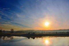 Salida del sol del otoño en el pequeño río Fotos de archivo