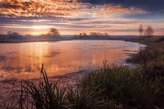 Salida del sol del otoño en el río Imagenes de archivo
