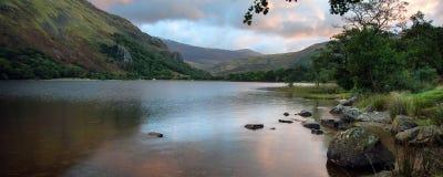 Salida del sol del paisaje del panorama sobre el lago en montañas imagenes de archivo
