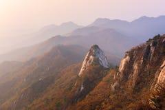 Salida del sol del pico de Baegundae, Autumn Season en las montañas de Bukhansan Imagen de archivo libre de regalías