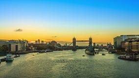 Salida del sol del puente de la torre en Londres