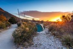 Salida del sol después de una noche de acampar imagen de archivo