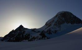 Salida del sol detrás de la cumbre Fotos de archivo libres de regalías