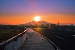 Salida del sol detrás de la montaña fotos de archivo libres de regalías