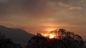 Salida del sol detrás de la montaña - vídeo del lapso de tiempo almacen de metraje de vídeo