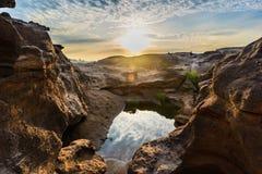 Salida del sol detrás de la roca Fotos de archivo libres de regalías