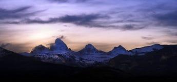 Salida del sol detrás de las montañas magníficas de Teton Imagenes de archivo