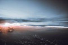 Salida del sol detrás de las nubes imagenes de archivo