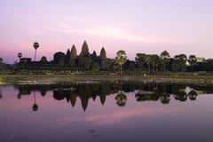 Salida del sol detrás del angkor fotos de archivo libres de regalías