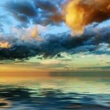 Salida del sol dramática colorida del cielo Foto de archivo libre de regalías