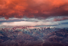 Salida del sol dramática en la montaña en el parque nacional de Death Valley imagenes de archivo