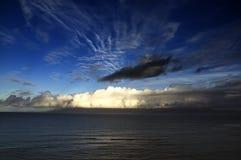 Salida del sol dramática en la playa de Kahana Fotografía de archivo