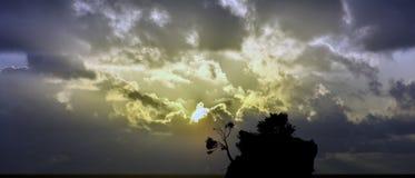 Salida del sol dramática sobre el mar adriático con Kamen Brela - isla famosa minúscula en Brela, Makarska Riviera Imagen de archivo