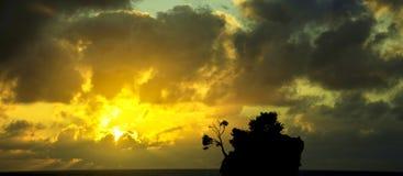 Salida del sol dramática sobre el mar adriático con Kamen Brela - isla famosa minúscula en Brela, Makarska Riviera Foto de archivo libre de regalías