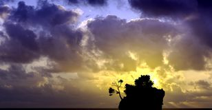 Salida del sol dramática sobre el mar adriático con Kamen Brela - isla famosa minúscula en Brela, Makarska Riviera Imágenes de archivo libres de regalías