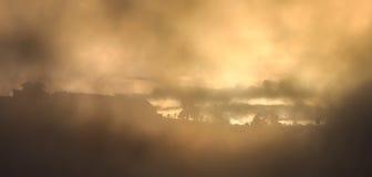 salida del sol drametic con niebla en el top de la montaña Imágenes de archivo libres de regalías