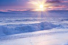 Salida del sol dramática sobre el océano. Fotografía de archivo libre de regalías