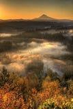 Salida del sol durante la mañana brumosa Vertorama del capo motor del montaje Imagenes de archivo