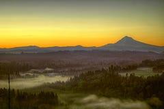 Salida del sol durante mañana brumosa del capo motor uno del montaje Fotos de archivo libres de regalías