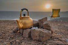 Salida del sol durante una acampada en la Arabia Saudita imagenes de archivo