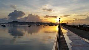 Salida del sol el fin de semana en el embarcadero Phuket Tailandia de Chalong Imagen de archivo libre de regalías