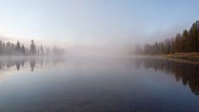 Salida del sol el río Yellowstone, Yellowstone NP, los E.E.U.U. Imagen de archivo libre de regalías