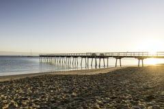 Salida del sol del embarcadero de Torquay, Hervey Bay, QLD imagen de archivo