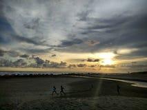 Salida del sol en Amal Beach Tarakan City, Indonesia imagenes de archivo