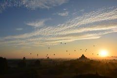 Salida del sol en Bagan, en la pagoda de Shwesandaw Imagen de archivo