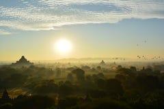 Salida del sol en Bagan, en la pagoda de Shwesandaw Foto de archivo