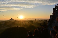 Salida del sol en Bagan, en la pagoda de Shwesandaw Foto de archivo libre de regalías