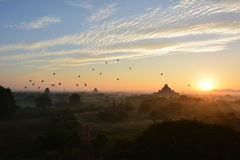Salida del sol en Bagan, en la pagoda de Shwesandaw Imágenes de archivo libres de regalías