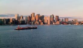 Salida del sol en Boston céntrica Massachusetts con la gabarra en el puerto Imagenes de archivo
