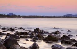 Salida del sol en colores pastel sobre las rocas de Noosa Foto de archivo