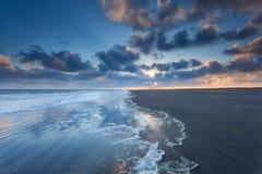 Salida del sol en costa de Mar del Norte Imagen de archivo libre de regalías