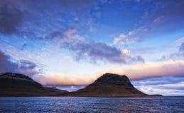 Salida del sol en costa del océano Imagenes de archivo