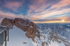 Salida del sol en cumbre de la montaña de Zugspitze fotos de archivo libres de regalías
