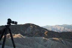 Salida del sol en Death Valley, California Equipo profesional del ` s del fotógrafo en el frente de la opinión Foto de archivo