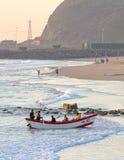 Salida del sol en Durban, Suráfrica; captura de un bote de remos de la jábega-red en la acción Foto de archivo libre de regalías