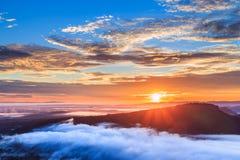 Salida del sol en el acantilado y la niebla de Pha MES I Daeng Fotos de archivo libres de regalías