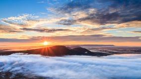 Salida del sol en el acantilado y la niebla de Pha MES I Daeng Imagen de archivo libre de regalías