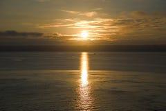 Salida del sol en el agua Foto de archivo libre de regalías