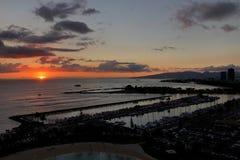 Salida del sol en el Ala Wai Small Boat Harbor en Honolulu, Oahu fotografía de archivo libre de regalías