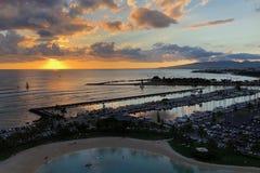 Salida del sol en el Ala Wai Small Boat Harbor en Honolulu, Oahu foto de archivo