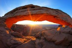 Salida del sol en el arco del Mesa Foto de archivo