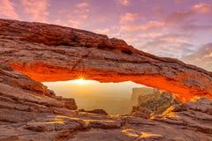 Salida del sol en el arco del Mesa Imágenes de archivo libres de regalías