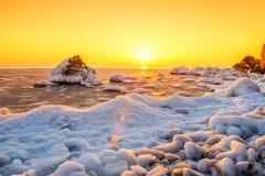 Salida del sol en el banco del mar del invierno Imagen de archivo